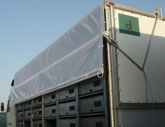 Sistema di arrotolamento per trasporto polli con rete forata in PVC